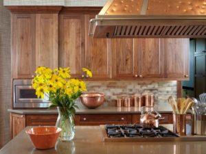 Miedziane naczynia w kuchni drewnianej