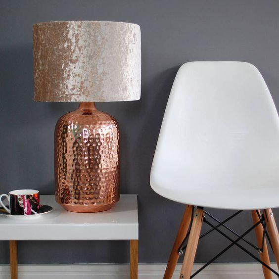 Elegancka lampa stojąca z miedzi młotkowanej