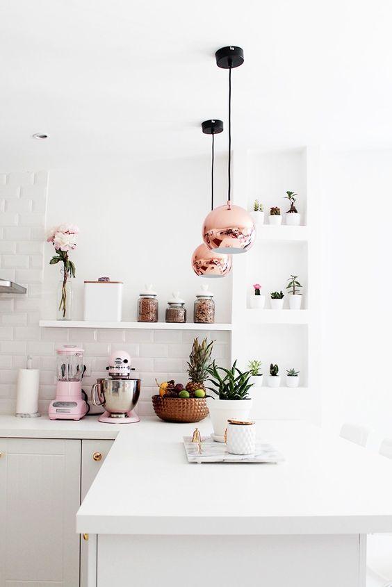 Lampy kuchenne w kształcie miedzianych kuli